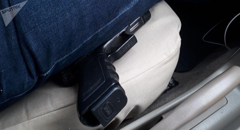 Пистолет на сиденье машины. Архивное фото