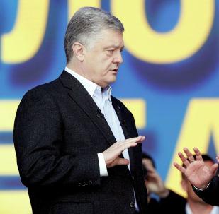 Президент Украины и кандидат в президенты Петр Порошенко принимает участие в политической дискуссии со своим соперником, комиком Владимиром Зеленским на стадионе Национальный спортивный комплекс Олимпийский в Киеве. Украина, 19 апреля 2019 года