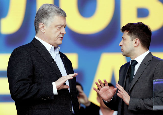 Президент Украины и кандидат в президенты Петр Порошенко принимает участие в политической дискуссии со своим соперником, комиком Владимиром Зеленским на стадионе
