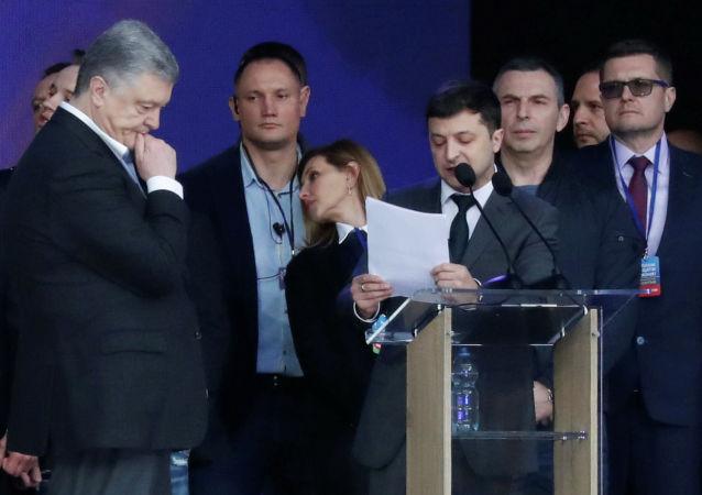 Действующий президент Украины, кандидат в президенты Петр Порошенко (слева на первом плане) и кандидат в президенты от партии Слуга народа Владимир Зеленский во время дебатов в НСК Олимпийский.