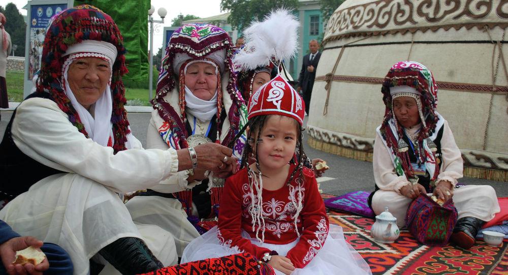 Ош — Түрк дүйнөсүнүн маданий борбору эл аралык долбоорунун экинчи күнү борбордук аянтта кыргыздын каада-салтын чагылдырган салтанат менен уланды