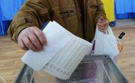 Мужчина бросает бюллетень в урну во время голосования на выборах президента Украины