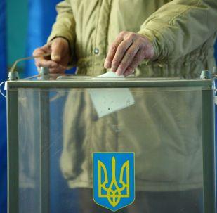 Избиратель во время голосования на одном из избирательных участков в день второго тура выборов президента Украины.