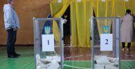 Жители голосуют на президентских выборах на избирательном участке в городе Константиновке Донецкой области.