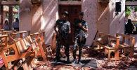 Шри-Ланкийские военные стоят на страже внутри церкви после взрыва в Негомбо, Шри-Ланка, 21 апреля 2019 года