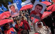Сторонники Омурбека Текебаева перед зданием Верховного суда КР на Старой площади Бишкека