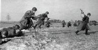 Солдаты идут в атаку, ВОВ. Архивное фото