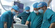 Жалал-Абад шаарындагы Жүрөк-кан тамыр хирургиясы боюнча түштүк аймактык илимий борборунда Сауд Аравиянын кардиологдору бейтаптардын жүрөгүнө акысыз стент орнотту