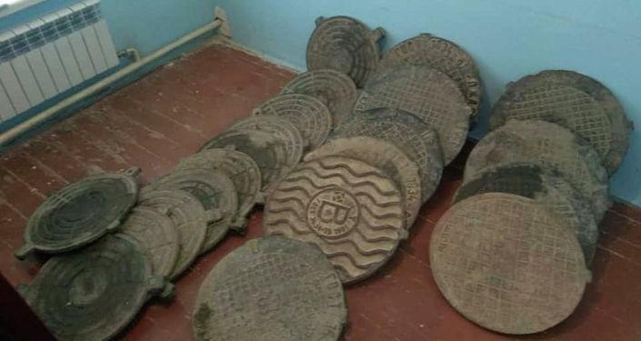 Украденные крышки от люков у водоколонок в селе Бужум