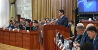 Премьер-министр Кыргызской Республики Мухаммедкалый Абылгазиев выступает на заседании ЖК. Архивное фото