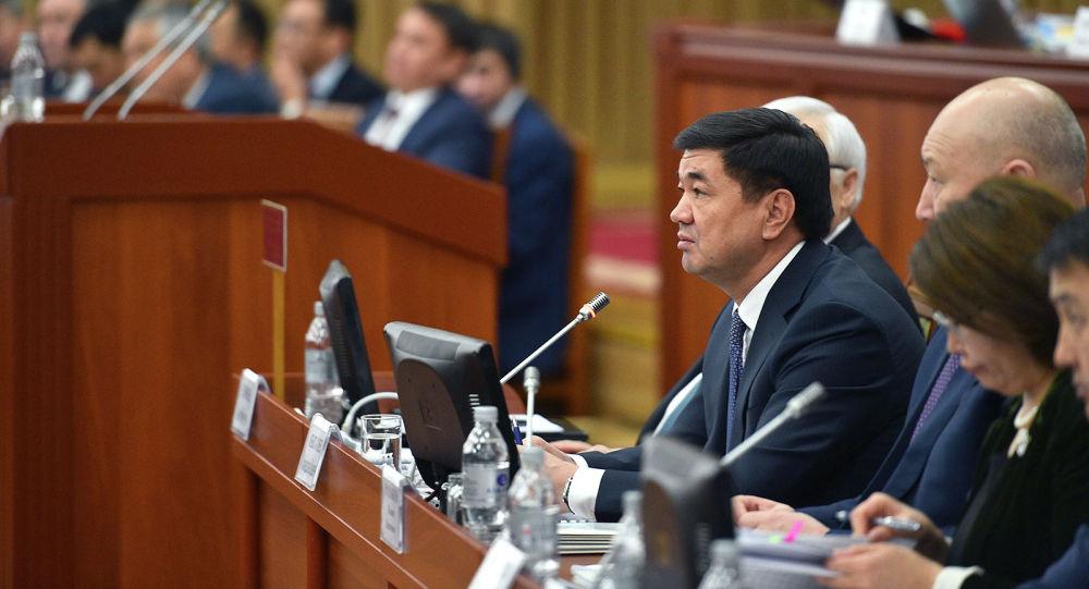 Премьер-министр КР Мухаммедкалый Абылгазиев на заседании Жогорку Кенеша о рассмотрении отчета деятельности Правительства за 2018 год
