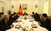 Президент КР Сооронбай Жээнбеков во время встречи с учеными КНР в рамках своего рабочего визита