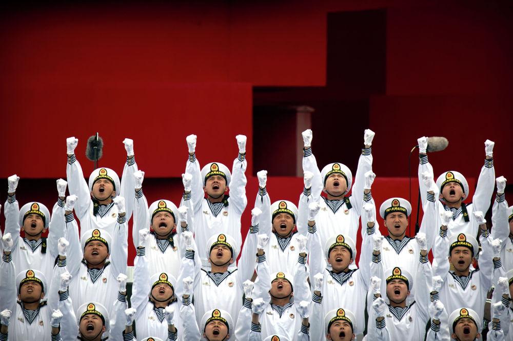 Выступление хора Народно-освободительной армии Китая в Циндао по случаю празднования 70-й годовщины ВМС НОАК