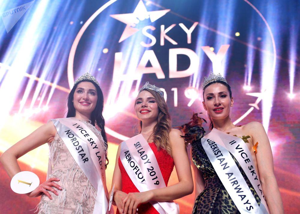 Победительницы конкурса Sky Lady 2019: бортпроводница авиакомпании NordStar Зарина Строева, бортпроводница Аэрофлота Дарья Баранова и бортпроводница компании Узбекистон хаво йуллари Карина Рахманова (слева направо) во время награждения.