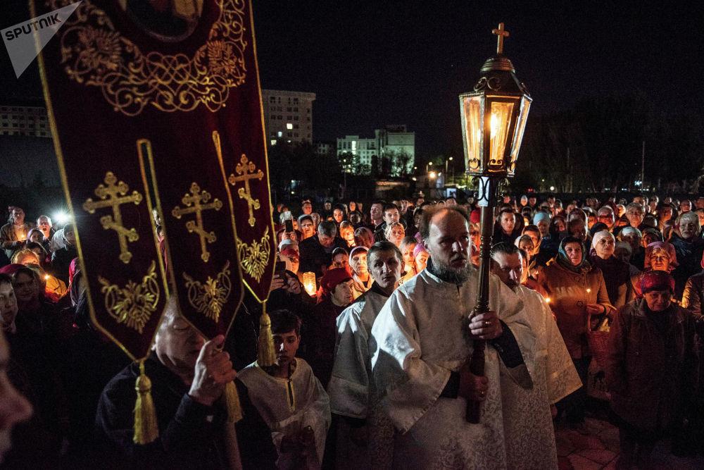 В Бишкеке в ночь с 27 на 28 апреля в Свято-Воскресенском кафедральном соборе прошли пасхальное богослужение и крестный ход.