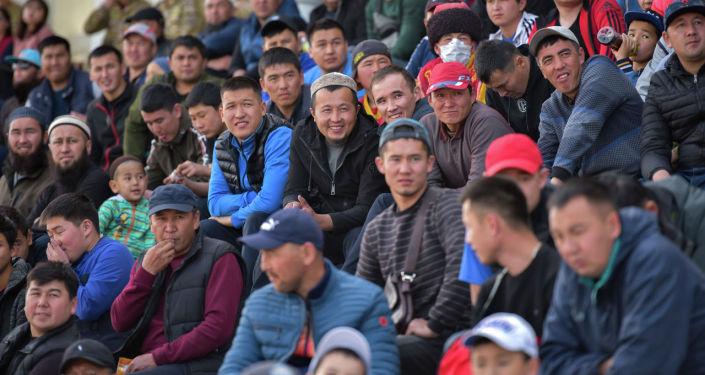 Зрители на турнире по кок-бору и национальных конноспортивных игр, посвященный ко Дню города Бишкек