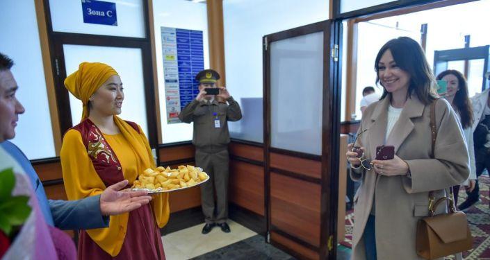 Певица Согдиана прибыла в международный аэропорт Манас для выступления на центральной площади Ала-Тоо в честь Дня города.
