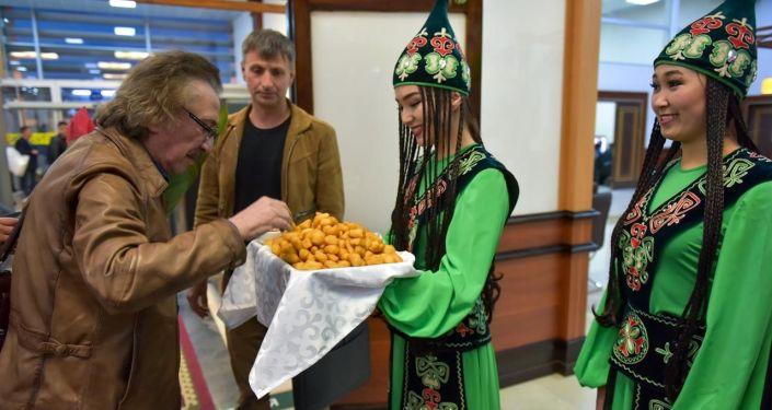 Ансамбль Ялла прибыла в международный аэропорт Манас для выступления на центральной площади Ала-Тоо в честь Дня города.
