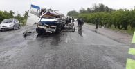 В селе Шамалды-Сай Джалал-Абадской области микроавтобус Mercedes-Benz 711 (Gigant) столкнулся с бензовозом
