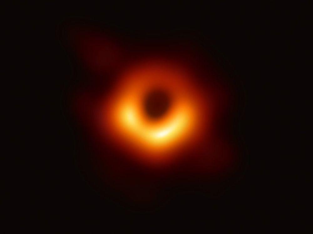 Ученые в апреле впервые получили изображение тени черной дыры в центре галактики M87. Снимок сделан в обсерватории Event Horizon Telescope.