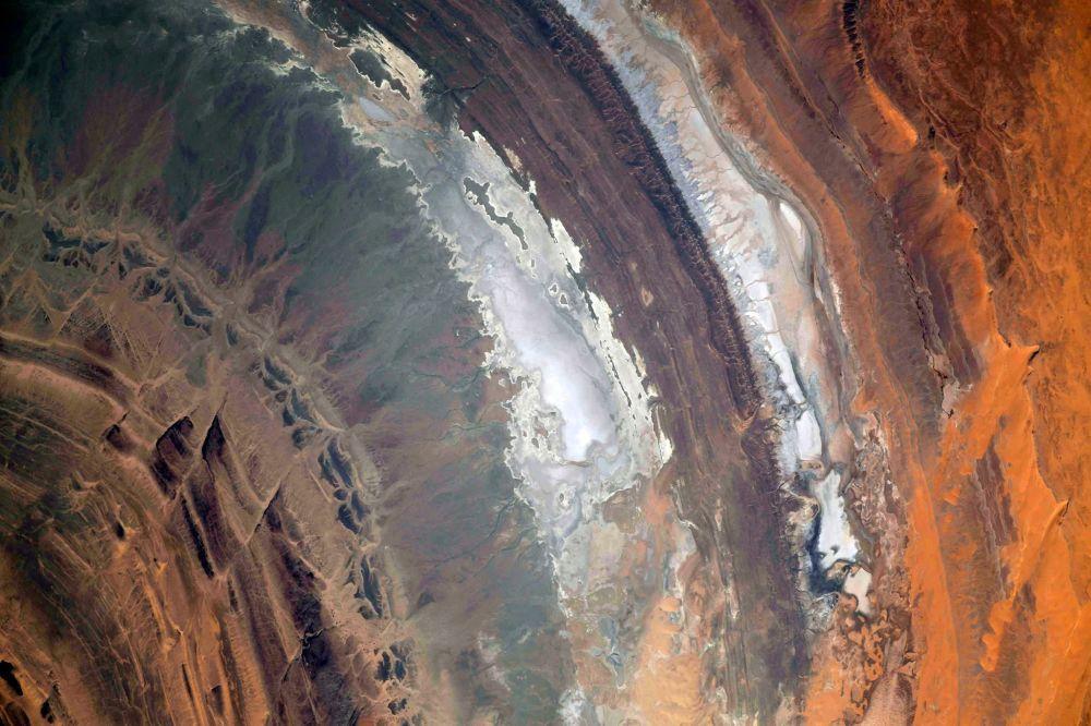 Уже много лет для космонавтов ориентиром является уникальное геологическое образование в Сахаре — структура Ришат. Ее хорошо видно с МКС. Снимок опубликовал Роскосмос в начале апреля.