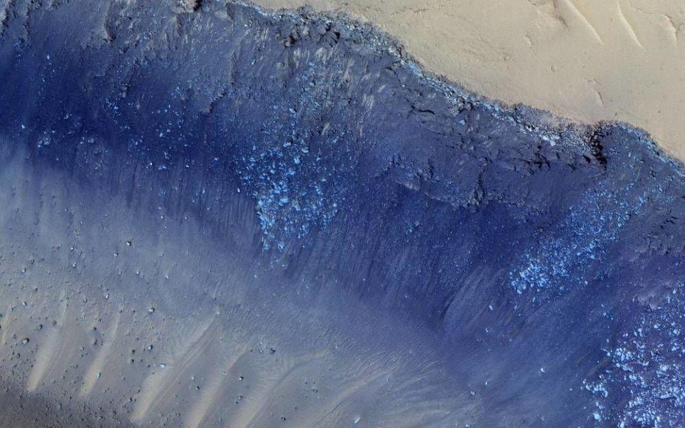 Система разломов или иначе борозд Цербера на поверхности Марса. Красивое название на самом деле означает изменения ландшафта из-за оползней. Разломы были запечатлены с помощью камеры HiRISE.