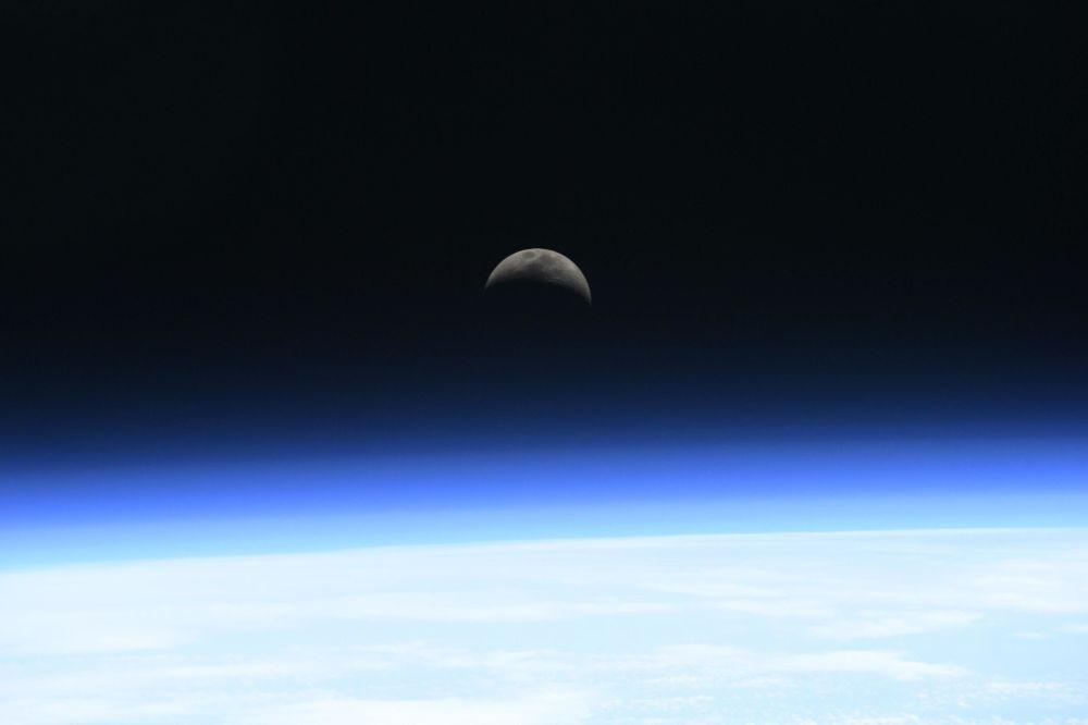 Восход Луны — снимок выше уровня атмосферы