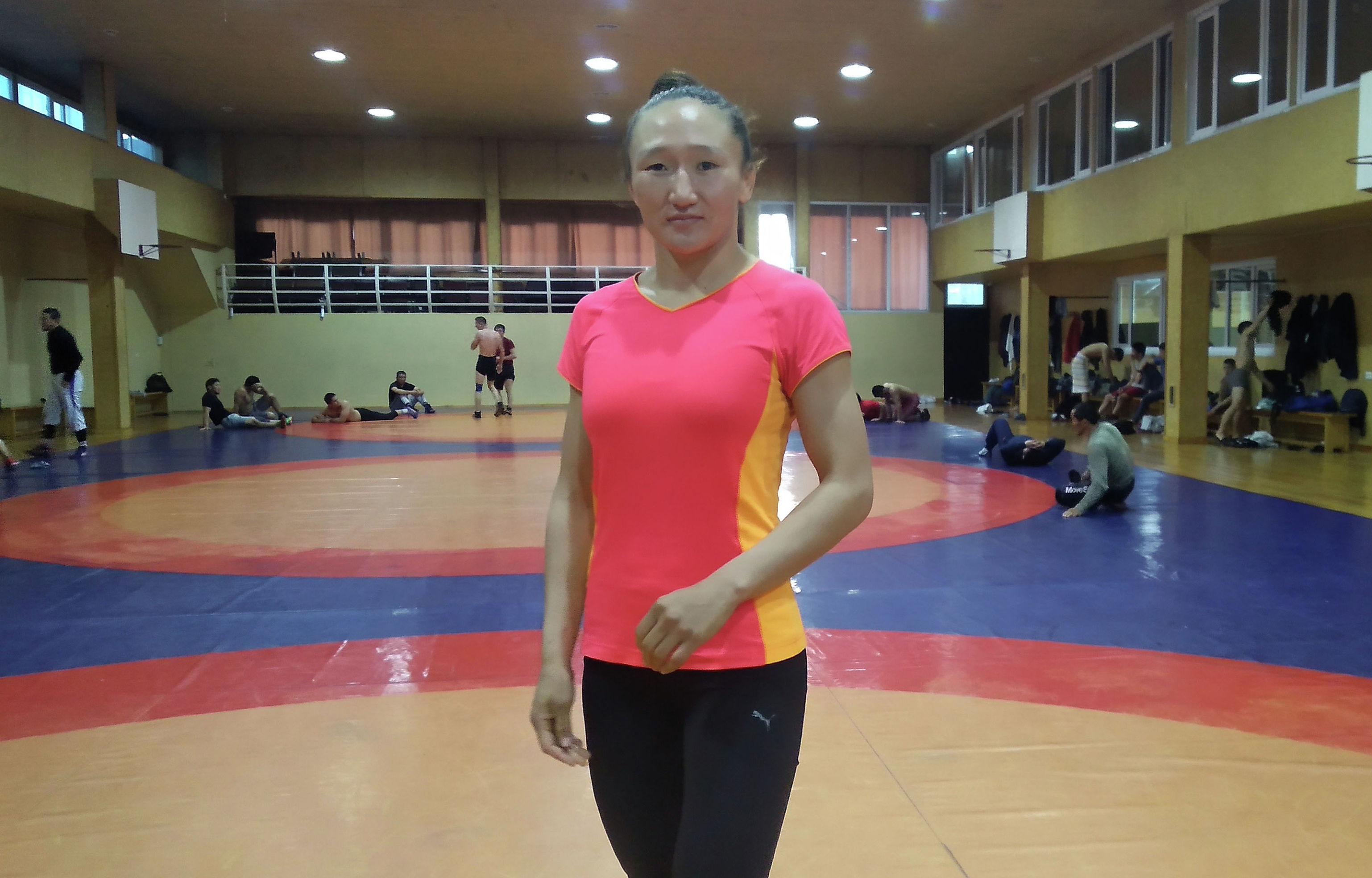 Трехкратная чемпионка Азии по женской борьбе Айсулуу Тыныбекова во время тренировок