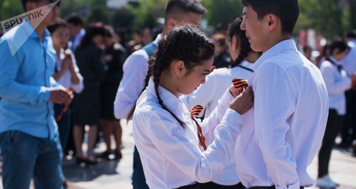Информационное агентство и радио Sputnik Кыргызстан в рамках празднования Дня Победы вручило участникам ежегодной акции Вальс Победы георгиевские ленточки