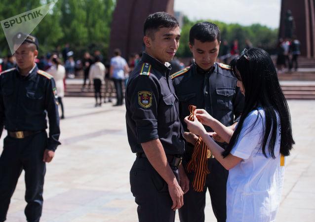 Вручение георгиевских ленточек участникам ежегодной акции Вальс Победы