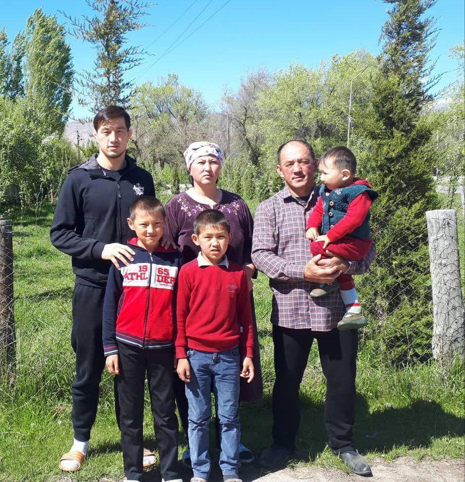 Кыргызстанский борец греко-римского стиля Узур Жусупбеков с семьей