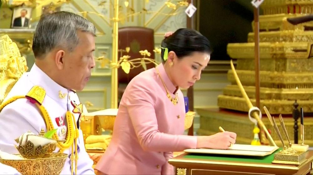 Свидетельство о браке молодоженам вручил министр внутренних дел Анупхонг Пхаочинда