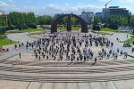 Сегодня на площади Победы закружились в вальсе сотни пар — участники флешмоба репетируют танец к 9 Мая.