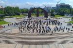 Жеңиш вальсын 9-майда окуучулар, студенттер, чыгармачыл коллективдер жана Кыргызстан элинин ассамблеясынын жаштар канатынын өкүлдөрү аткарат.