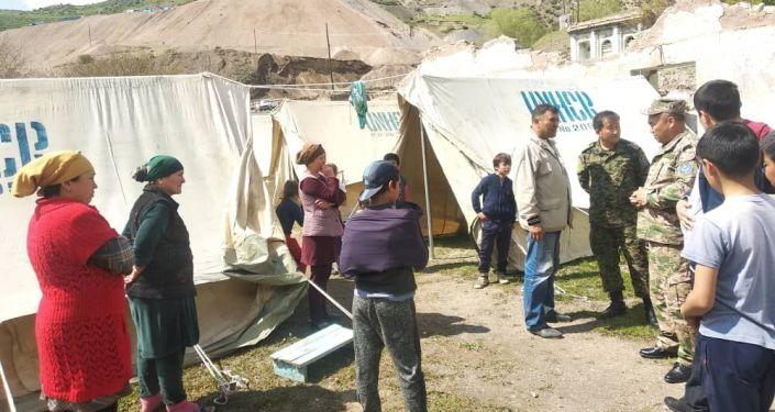 Переселение жителей села Чаувай Кадамджайского района в палатки из-за угрозы оползня