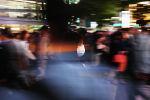 Девушка гуляет по улице в Токио. Архивное фото