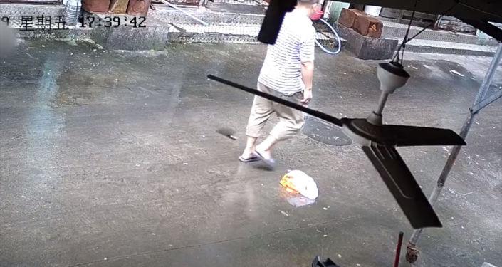 Мужчину спасло невероятное везение — нож упал прямо за его спиной.