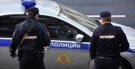 Сотрудники Росгвардии у полицейской машины. Архивное фото