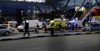 Машины скорой помощи стоят перед зданием терминала после того, как пассажирский самолет совершил аварийную посадку в аэропорту Шереметьево под Москвой, Россия, 5 мая 2019