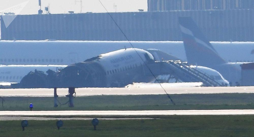 Остов самолета компании Аэрофлот Sukhoi Superjet-100 с бортовым номером RA-89098 на взлетной полосе аэропорта Шереметьево.