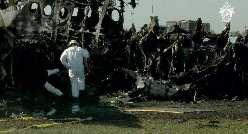 Разбор фрагментов обгоревшего фюзеляжа самолета компании Аэрофлот Sukhoi Superjet-100 на летном поле в аэропорту Шереметьево