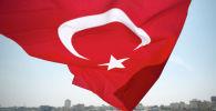 Флаг Турции развевающийся на ветру. Архивное фото