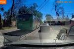 Троллейбус каршы тилкеге чыга калып BMW үлгүсүндөгү унааны ашып өткөн да, анын алдына туруп алган.