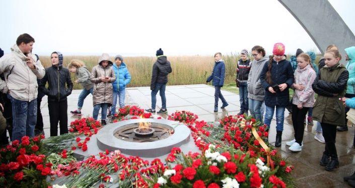 Делегация мэрии города Ош в рамках развития побратимских отношений с Санкт-Петербургом посетила братские захоронения воинов, погибших в годы ВОВ на Синявинских высотах