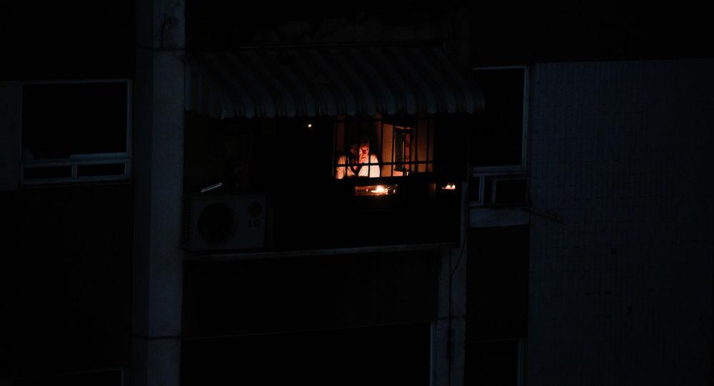 Мужчина во время отключения электроэнергии. Архивное фото