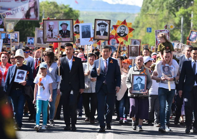 Президент КР Сооронбай Жээнбеков во главе колонны Бессмертного полка с портретом дедушки Жээнбека Пирназарова, участвовавшего в ВОВ.