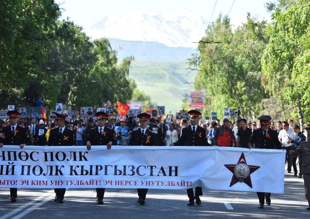 Участники акции Бессмертного полка во время шествия по Бишкеку