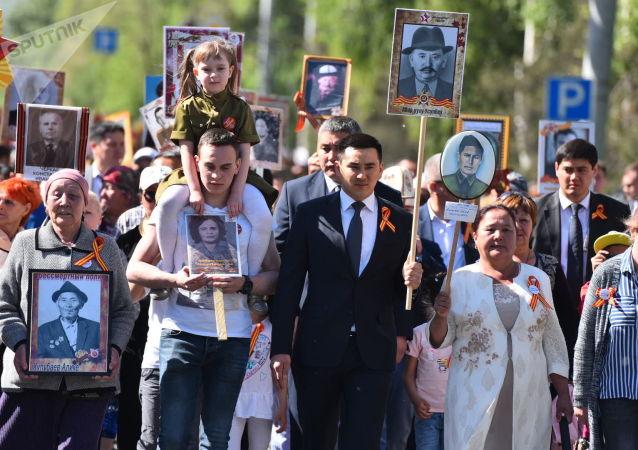 Председатель городского кенеша Жаныбек Абиров во время акции Бессмертный полк в Бишкеке