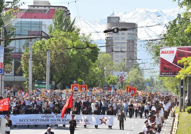 Участники шествия Бессмертный полк в Бишкеке в честь 74-летия Победы в Великой Отечественной войне