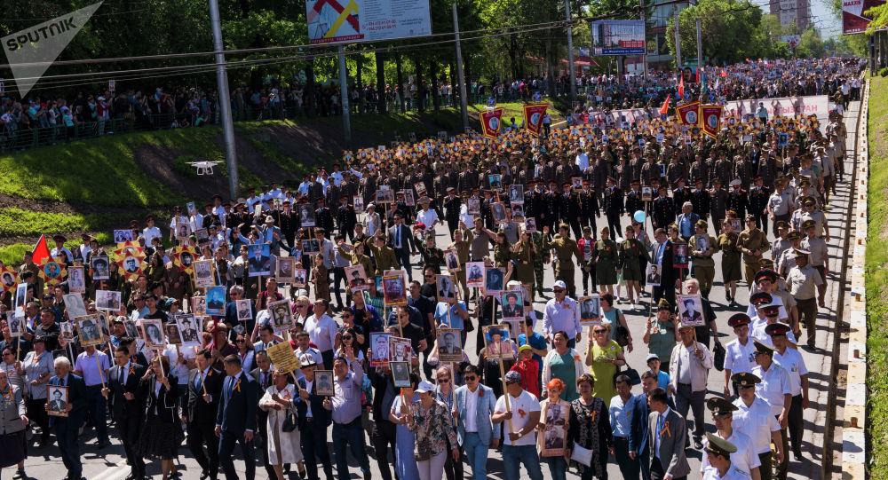 Участники шествия Бессмертный полк в Бишкеке посвященный 74-летию Победы в Великой Отечественной войне.
